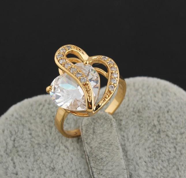 Стильное кольцо в виде сердца с большим фианитом и 18-ти каратной позолотой купить. Цена 240 грн