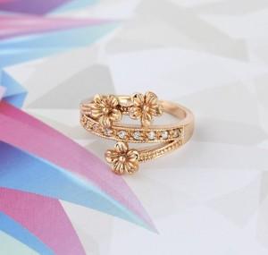 Нежное кольцо с цветами, фианитами и покрытием из жёлтого золота купить. Цена 150 грн