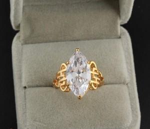 Крупное кольцо из прозрачного циркона с напылением арабским золотом фото. Купить
