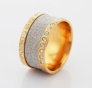Широкое кольцо «Фейерверк» с камнями и серебристой вставкой по центру купить. Цена 99 грн