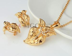 Необычный набор «Росток» с позолоченными серьгами и кулоном в виде листа со стразами купить. Цена 220 грн или 690 руб.