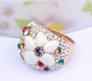 Летнее кольцо «Полевой цветок» (ITALINA) с цветком из белой эмали и разноцветными кристаллами Сваровски купить. Цена 240 грн