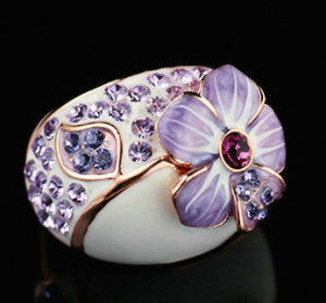 Красивое кольцо «Золушка» (бренд-ITALINA) с цветком, молочной эмалью и фиолетовыми стразами Сваровски купить. Цена 240 грн или 750 руб.