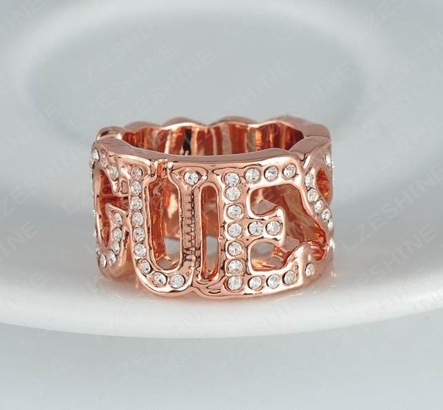 Широкое кольцо-копия «GUESS» с маленькими стразиками на буквах купить. Цена 150 грн