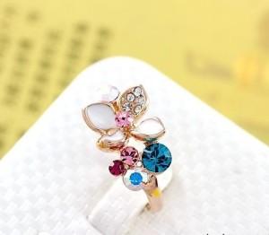 Милое колечко «Весна» (бренд-ITALINA) с цветком из белой эмали и разноцветными кристаллами Сваровски купить. Цена 220 грн
