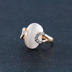 Овальное кольцо «Шаляпин» с белым опалом, стразами и напылением из розового золота купить. Цена 290 грн