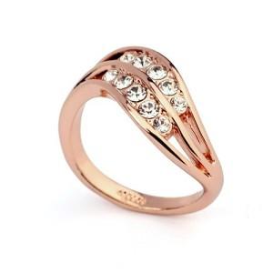 Волнистое кольцо «Паллада» с бесцветными стразами Сваровски и позолотой купить. Цена 165 грн
