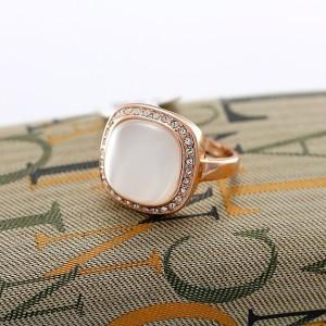 Квадратное кольцо «Ванга» (бренд-ITALINA) с белым опалом, кристаллами Сваровски и золотым покрытием купить. Цена 390 грн или 1220 руб.