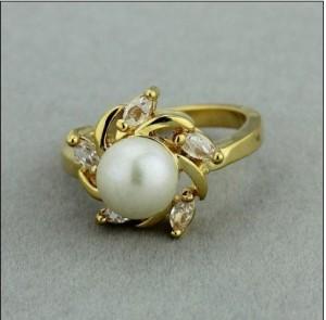 Симпатичное кольцо «Посейдон» с белым жемчугом, стразами и жёлтым покрытием купить. Цена 140 грн