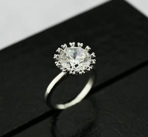 Тонкое кольцо «Бриллиант» (ITALINA) с прозрачным цирконом и покрытием из белого золота купить. Цена 210 грн