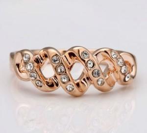 Маленькое кольцо «Спираль» с напылением под розовое золото и стразами купить. Цена 110 грн