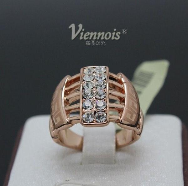 Оригинальное кольцо «Тореро» (бренд-Viennois) с бесцветными кристаллами Сваровски и золотым напылением купить. Цена 320 грн