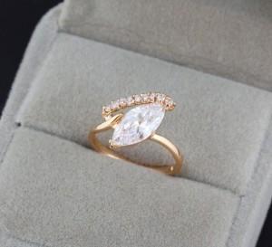 Тонкое кольцо с фианитом и 18-ти каратным золотым напылением фото. Купить