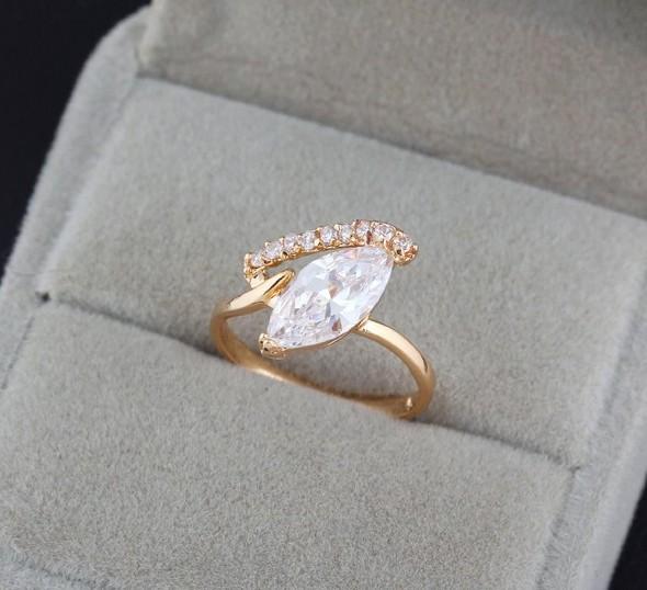 Тонкое кольцо с фианитом и 18-ти каратным золотым напылением купить. Цена 180 грн