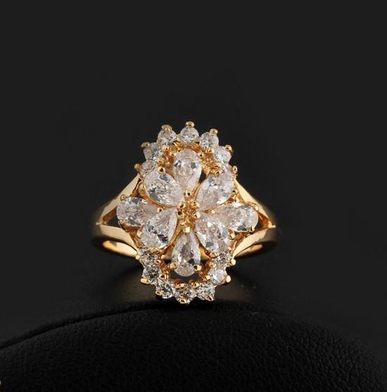 Элегантное кольцо с блестящими фианитами и напылением из жёлтого золота купить. Цена 230 грн