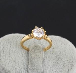 Обычное кольцо с фианитом круглой формы с напылением из жёлтого золота фото. Купить