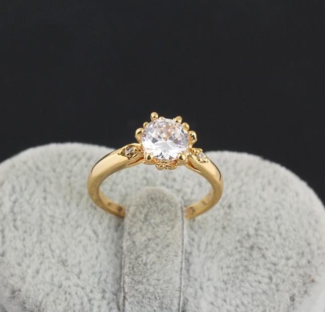 Обычное кольцо с фианитом круглой формы с напылением из жёлтого золота купить. Цена 115 грн