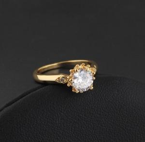 Обычное кольцо с фианитом круглой формы с напылением из жёлтого золота фото 1