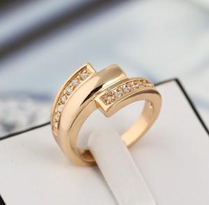 Модное кольцо с 18-ти каратным золотым покрытием и мелкими камнями фото. Купить
