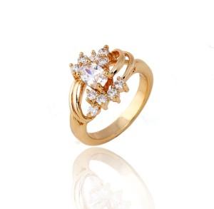 Изящное кольцо с игристыми фианитами и 18-ти каратным золотым покрытием купить. Цена 199 грн или 625 руб.