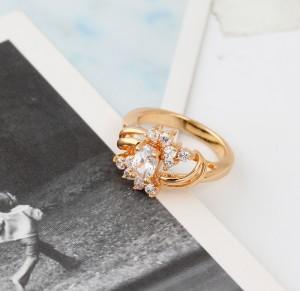 Изящное кольцо с игристыми фианитами и 18-ти каратным золотым покрытием фото 1