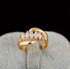 Симпатичное кольцо с бесцветными фианитами и покрытием из жёлтого золота купить. Цена 185 грн или 580 руб.