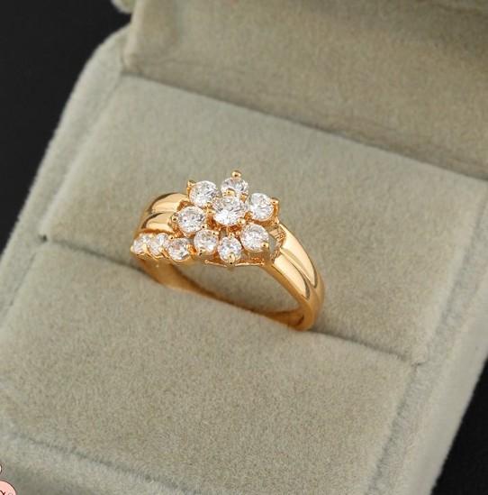 Аккуратное кольцо с цветочком из фианитов и 18-ти каратной позолотой купить. Цена 195 грн
