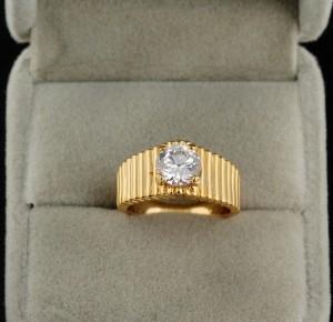 Недорогое обручальное кольцо с одним фианитом и золотым напылением фото. Купить