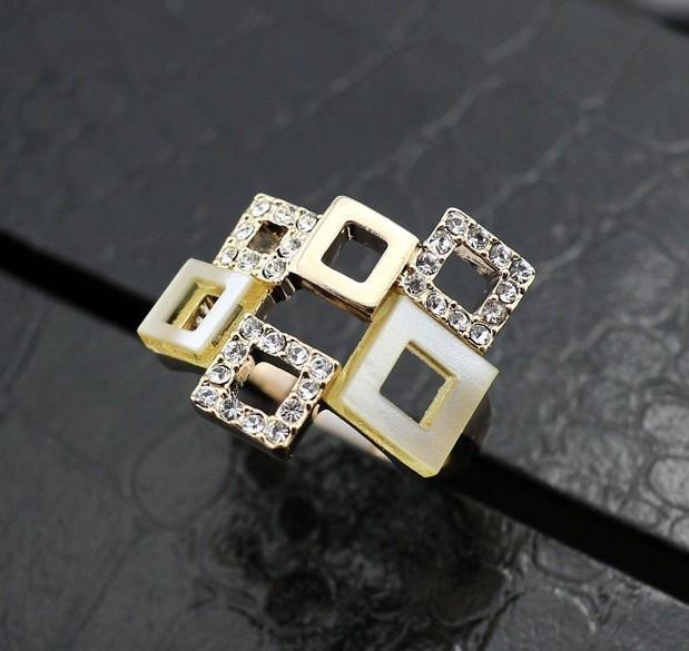 Модное кольцо «Квадраты белые» (ITALINA) с кристаллами Сваровски, позолотой и вставками из акрила купить. Цена 270 грн