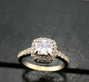 Элегантное кольцо «Лолита» (бренд-ITALINA) с квадратным кристаллом Сваровски и позолотой купить. Цена 260 грн или 815 руб.