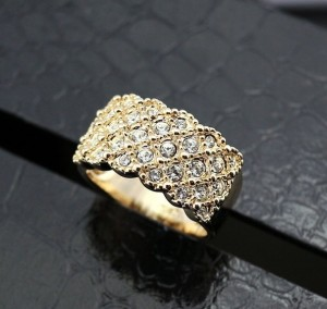 Широкое кольцо «Вегас» (бренд-ITALINA) с камнями Сваровски и покрытием из 18-ти каратного розового золота купить. Цена 210 грн или 660 руб.