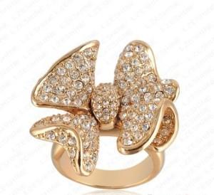 Большое кольцо «Бантик» с бесцветными стразами и покрытием под розовое золото купить. Цена 220 грн