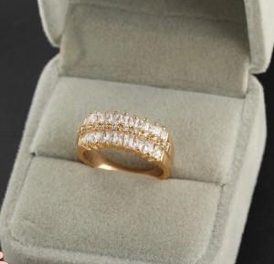 Роскошное кольцо с блестящими цирконами, покрытое 18-ти каратным золотым напылением купить. Цена 195 грн