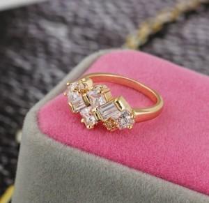 Красивое кольцо с прямоугольными камнями и покрытием из жёлтого золота фото. Купить