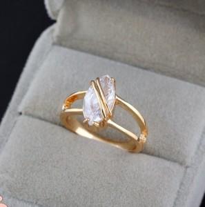 Стильное кольцо с крупным фианитом овальной формы и 18-ти каратной позолотой фото. Купить