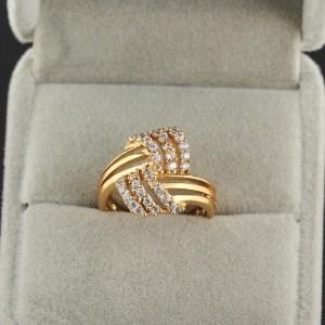 Очаровательное кольцо в современном стиле с мелкими цирконами и позолотой купить. Цена 145 грн