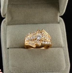 Эксклюзивное кольцо красивой формы с золотым напылением и прозрачными цирконами фото. Купить