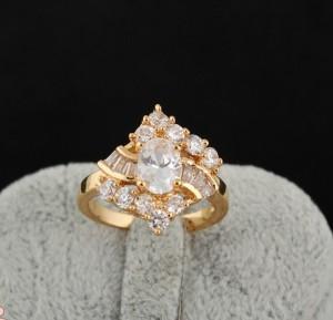 Очень красивое кольцо в виде ромба с фианитами и золотым напылением фото. Купить