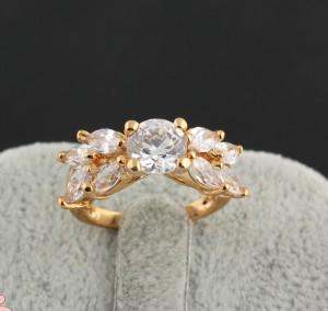 Изумительное кольцо в виде цветка из фианитов, покрытое жёлтым золотом купить. Цена 230 грн