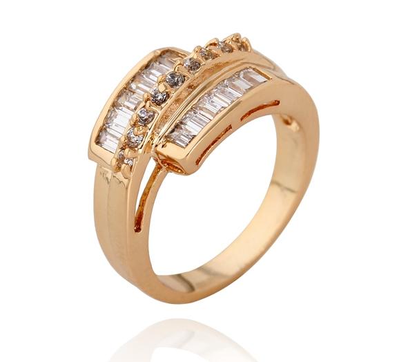 Оригинальное кольцо с бесцветными цирконами и 18-ти каратным золотым напылением купить. Цена 220 грн