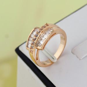 Оригинальное кольцо с бесцветными цирконами и 18-ти каратным золотым напылением фото 1