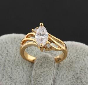 Небольшое кольцо классической формы с овальным камнем и 18-ти каратной позолотой фото. Купить