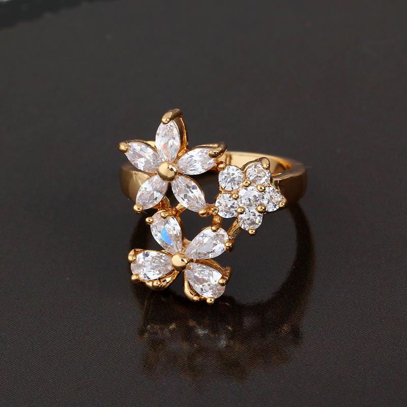 Красивое кольцо с цветами из фианитов, покрытое слоями жёлтого золота купить. Цена 240 грн