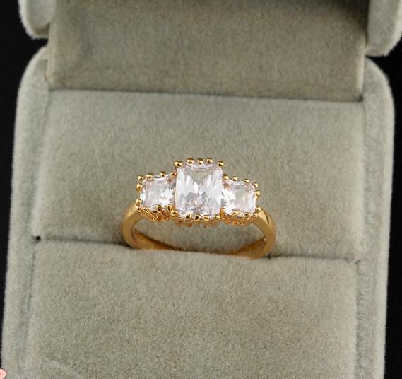 Традиционное кольцо с тремя камнями, покрытое реальным золотым напылением купить. Цена 150 грн