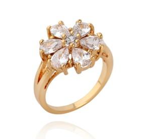 Позолоченное кольцо в виде цветка с лепестками из прозрачных фианитов купить. Цена 210 грн