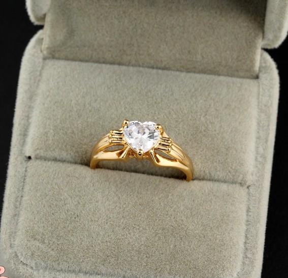 Недорогое кольцо с фианитом в виде сердца и 18-ти каратным золотым покрытием купить. Цена 135 грн