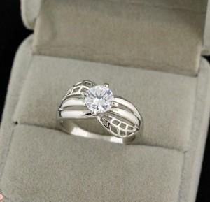 Серебристое кольцо с прозрачным камнем и покрытием из белого золота купить. Цена 145 грн или 455 руб.