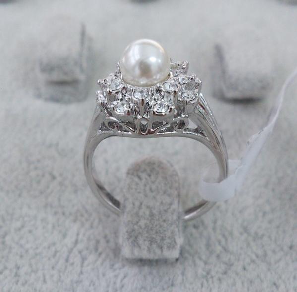 Нежное кольцо «Винсент» с белым жемчугом, стразами и покрытием из белого золота купить. Цена 199 грн