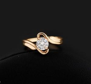 Скромное кольцо с одним бесцветным фианитом и реальным золотым напылением фото. Купить