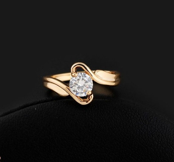 Скромное кольцо с одним бесцветным фианитом и реальным золотым напылением купить. Цена 155 грн